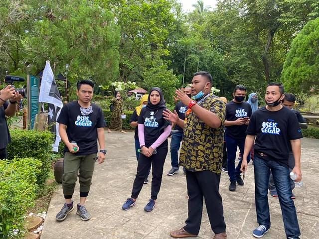 Imej 1_Shah dan Mek Zura ketika sesi taklimat di Kampung Budaya, Terengganu