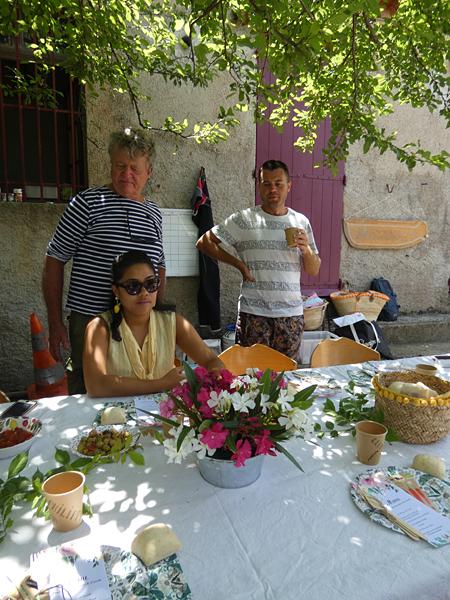 derrière la table 2