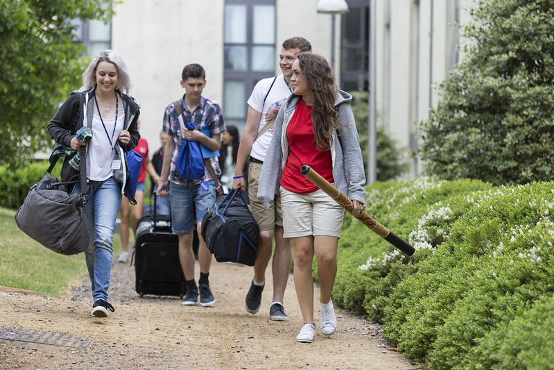 group of students arriving on campus with an ambassador