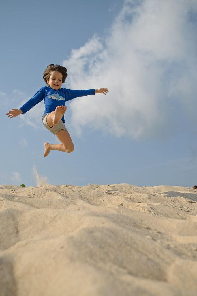 Diego pulando em Grumari
