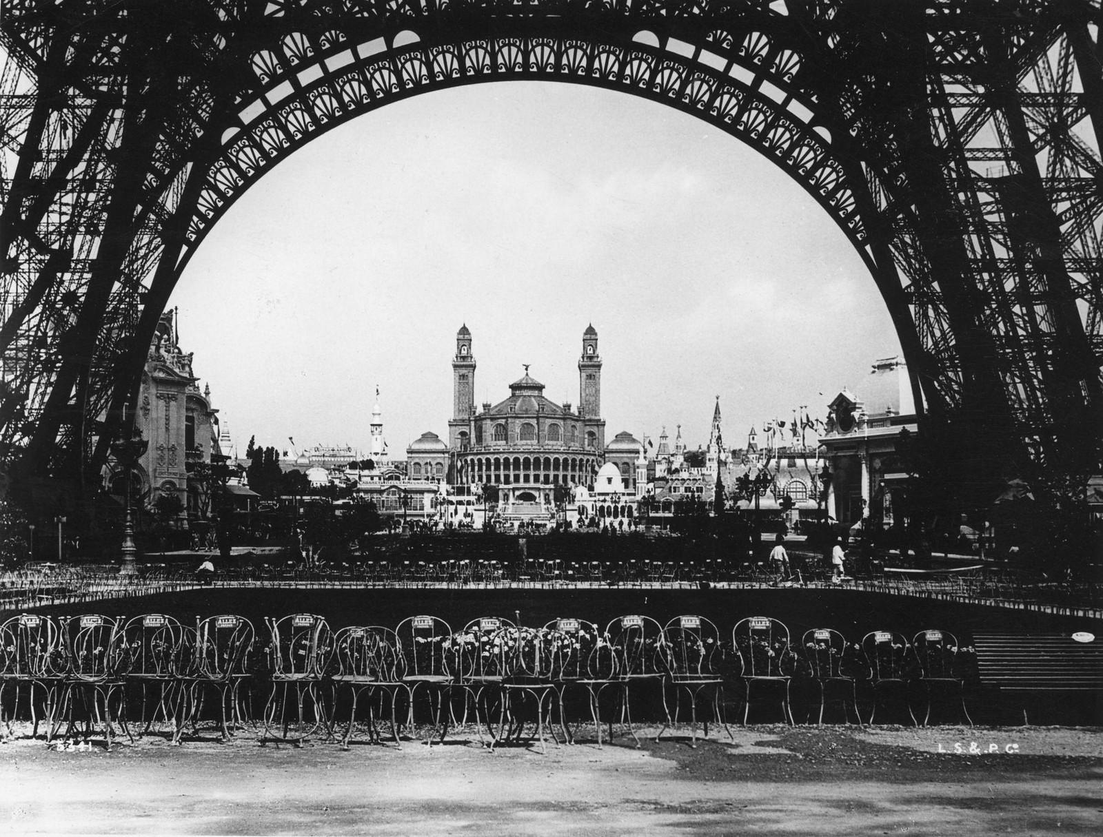 1900. Трокадеро сквозь основание Эйфелевой башни во время парижской выставки