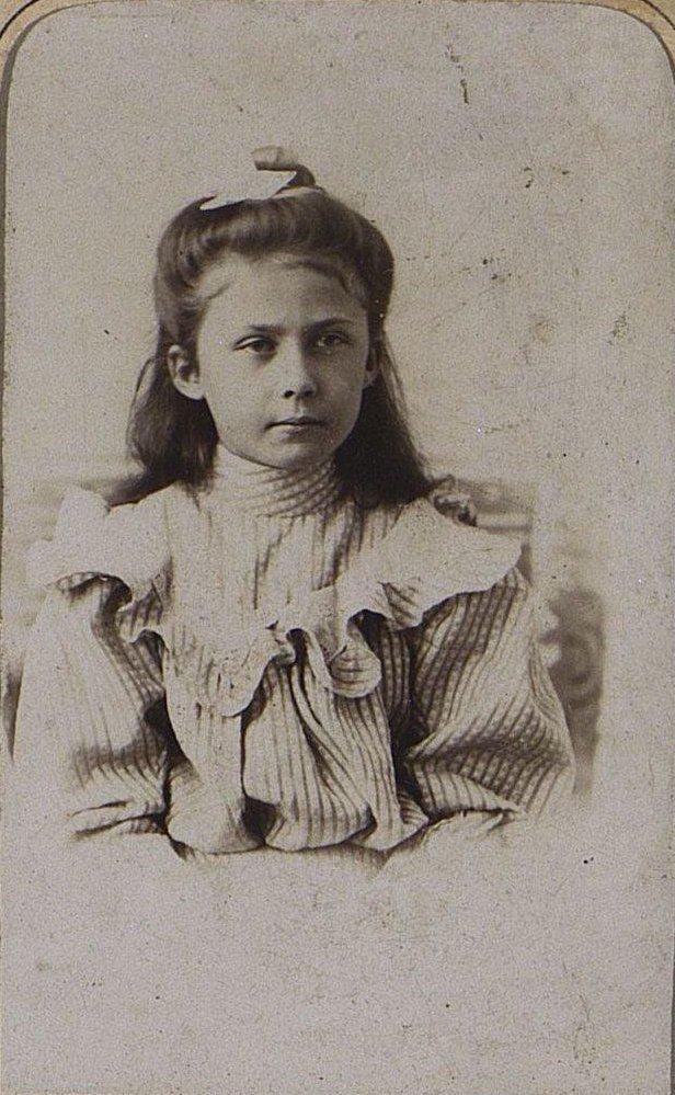 Попова Надежда Ивановна в детском возрасте. Около 1910