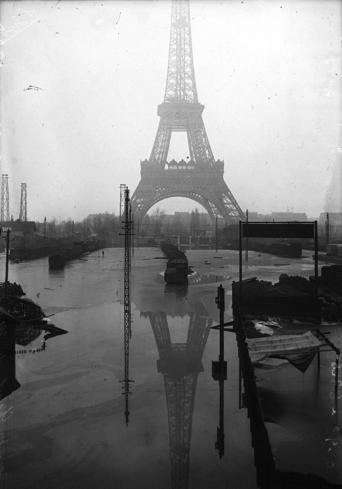 1910. Парк Марсова поля, 7-й округ, вид на Эйфелеву башню, наводнение в январе