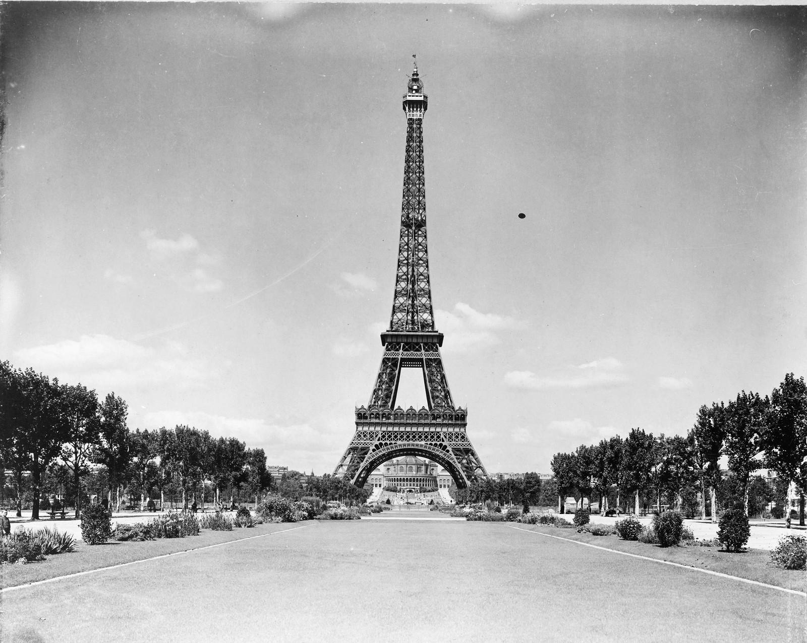 1909. Эйфелева башня и парк
