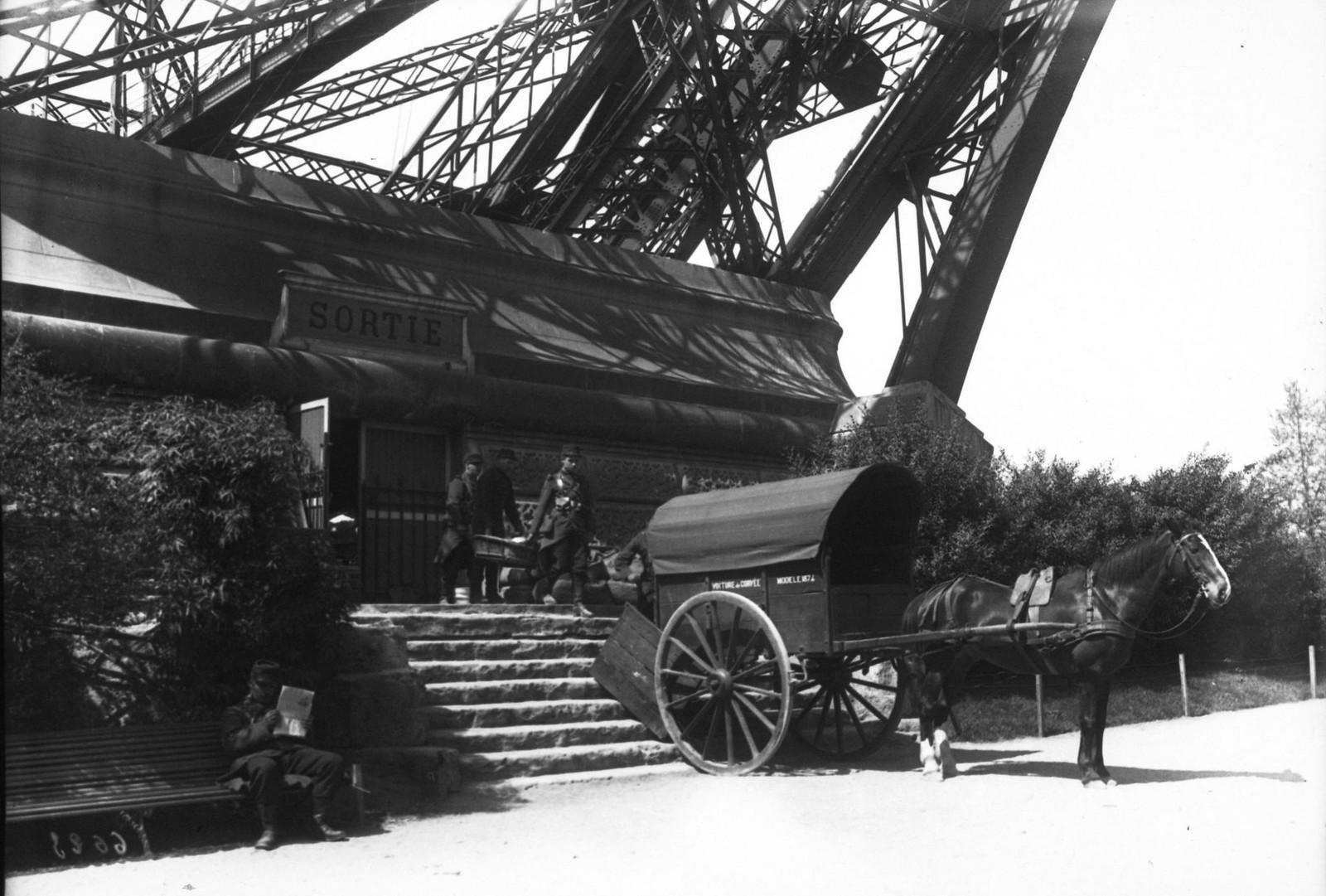 1909. Забастовка почтовых рабочих, солдаты выходят из Эйфелевой башни. 12 мая