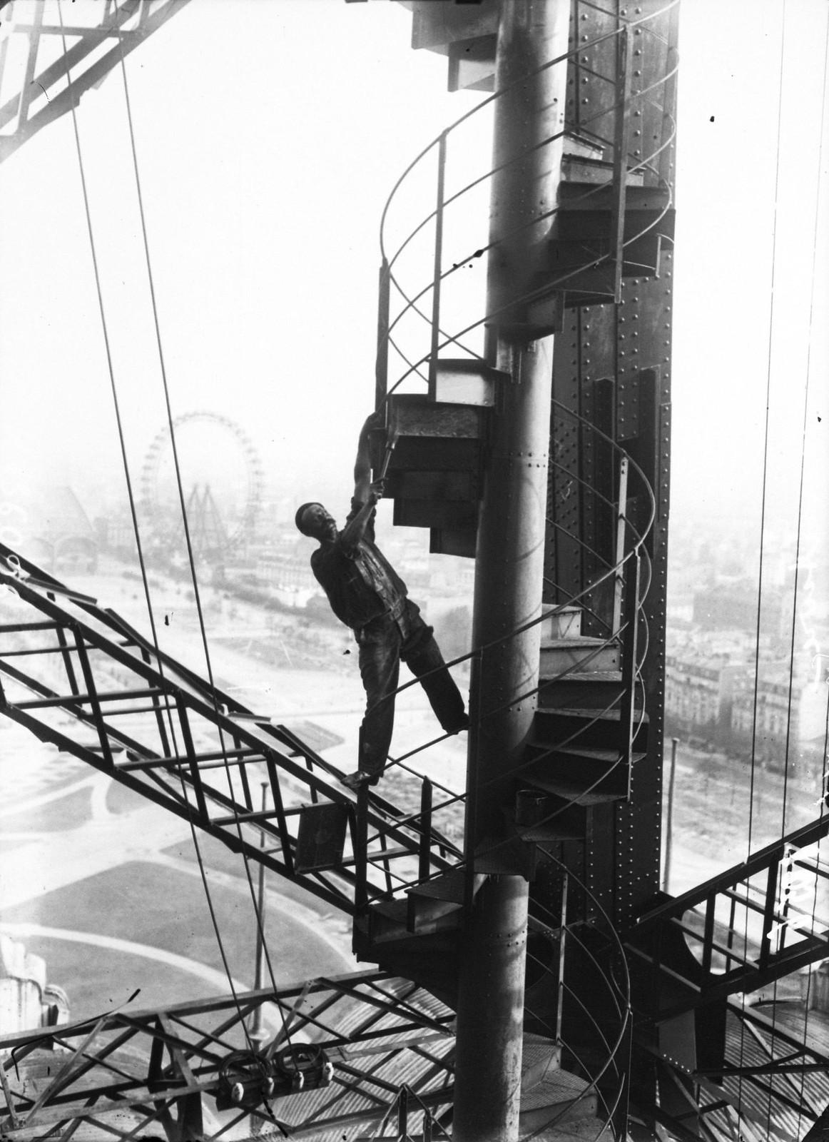 1907. Маляр балансирует на лестнице Эйфелевой башни, сентябрь