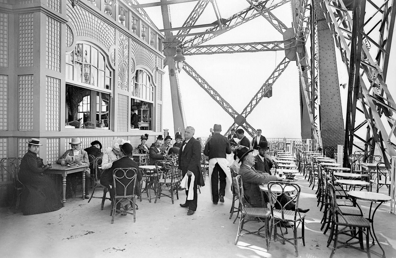 1900. Ресторан на первом этаже Эйфелевой башни