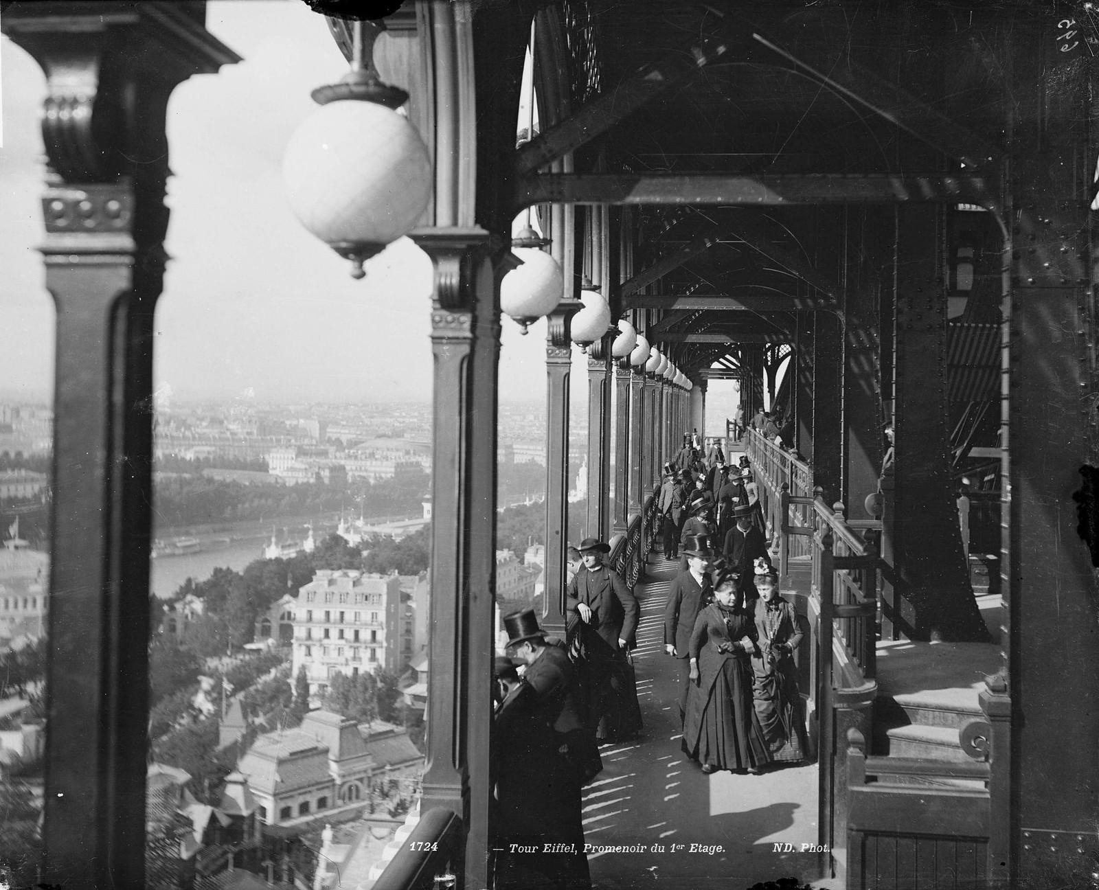 1900. Прогулочная галерея первого этажа Эйфелевой башни