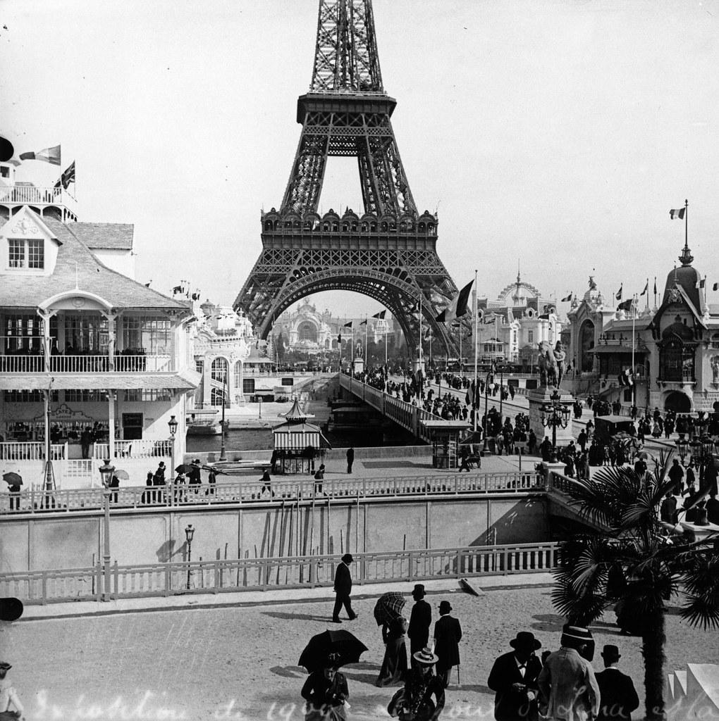 1900. Посетители Парижской выставки пересекают мост Иены на фоне Эйфелевой башни
