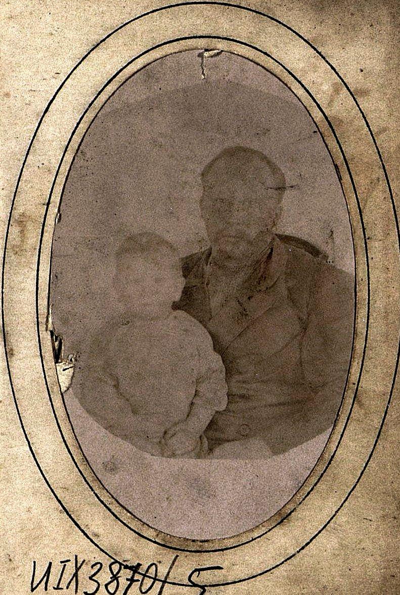 Попов Иван Иванович с сыном Никитой. Около 1903