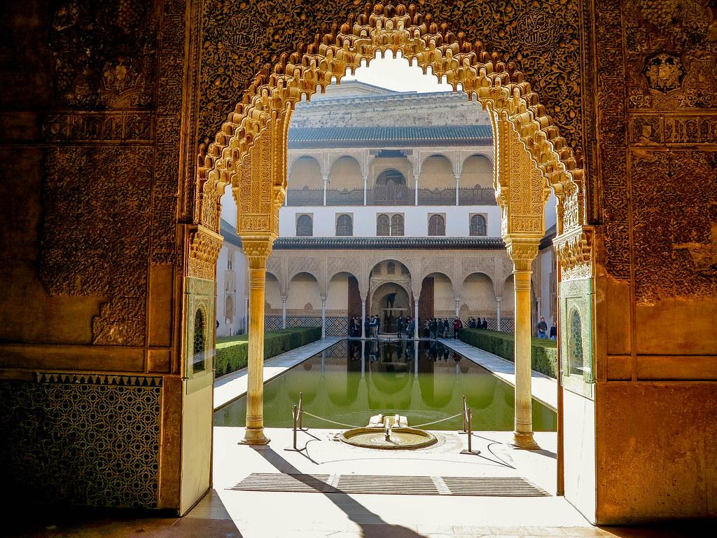 Interior del Palacio Nazaríes en La Alhambra de Granada