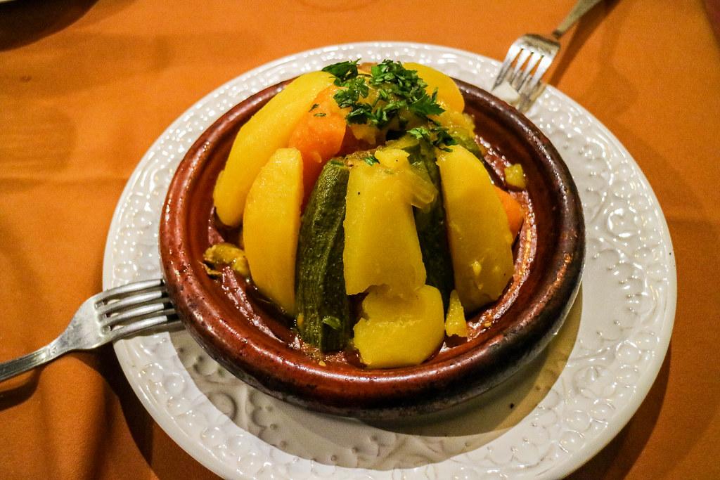 Comiendo en Marrakech un cuscus con verduras marroquí