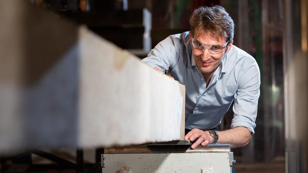 安东尼·达比在AG的结构实验室测试混凝土梁的强度.