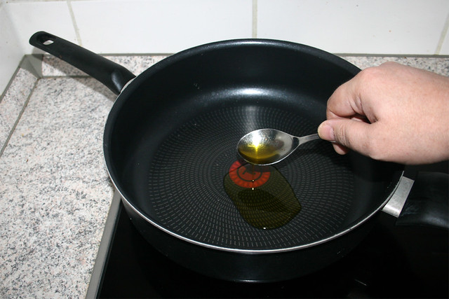 05 - Heat oil in pan / Öl in Pfanne erhitzen