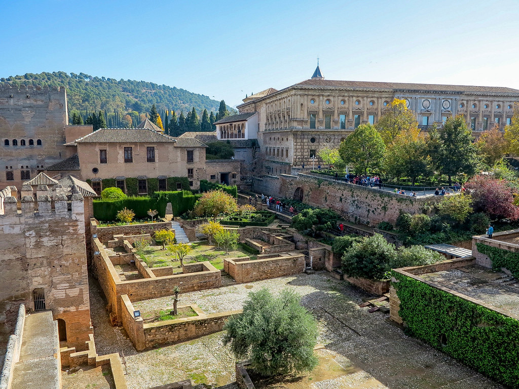 Interior del complejo de edificios de La Alhambra en Granada