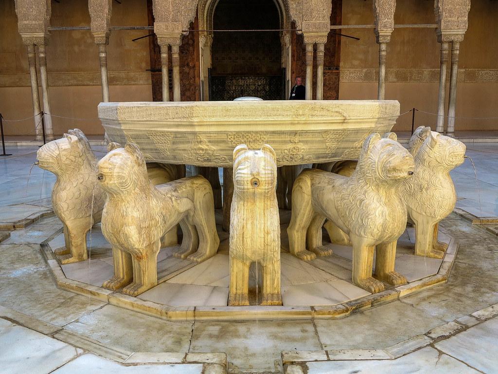 Fuente en el patio de los Leones en La Alhambra