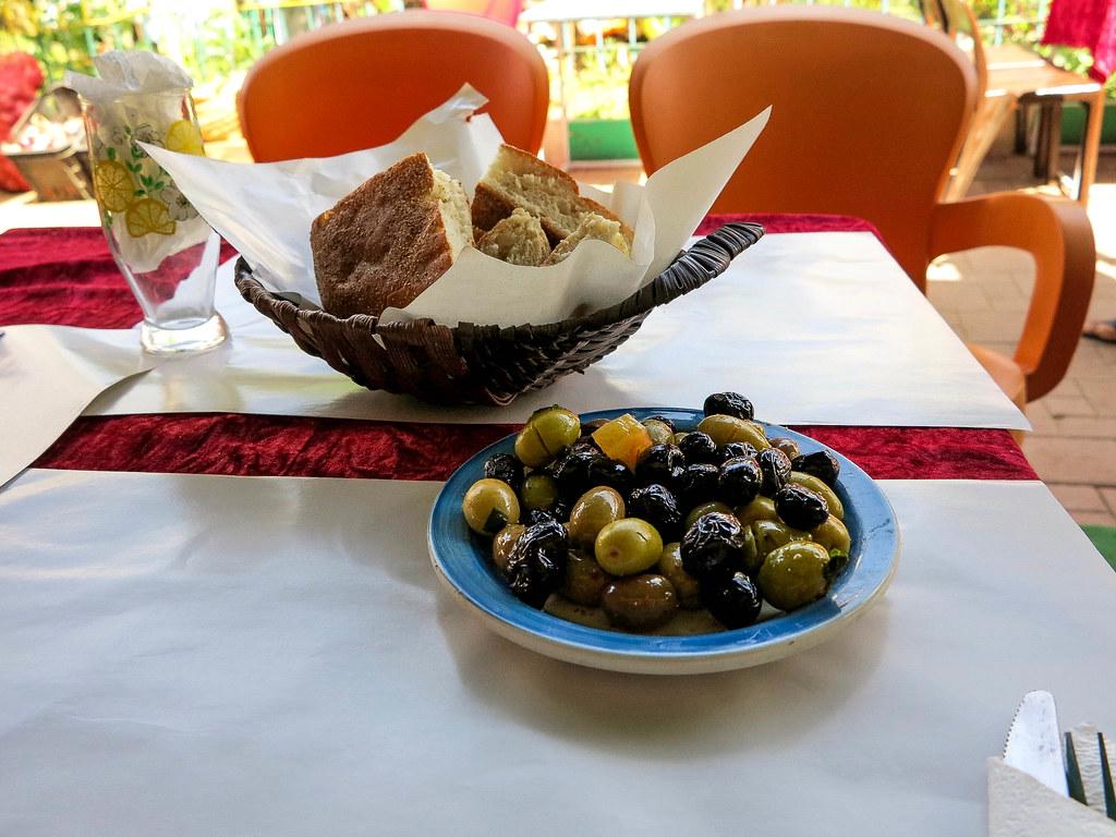 Aceitunas y pan como entrante en Marruecos