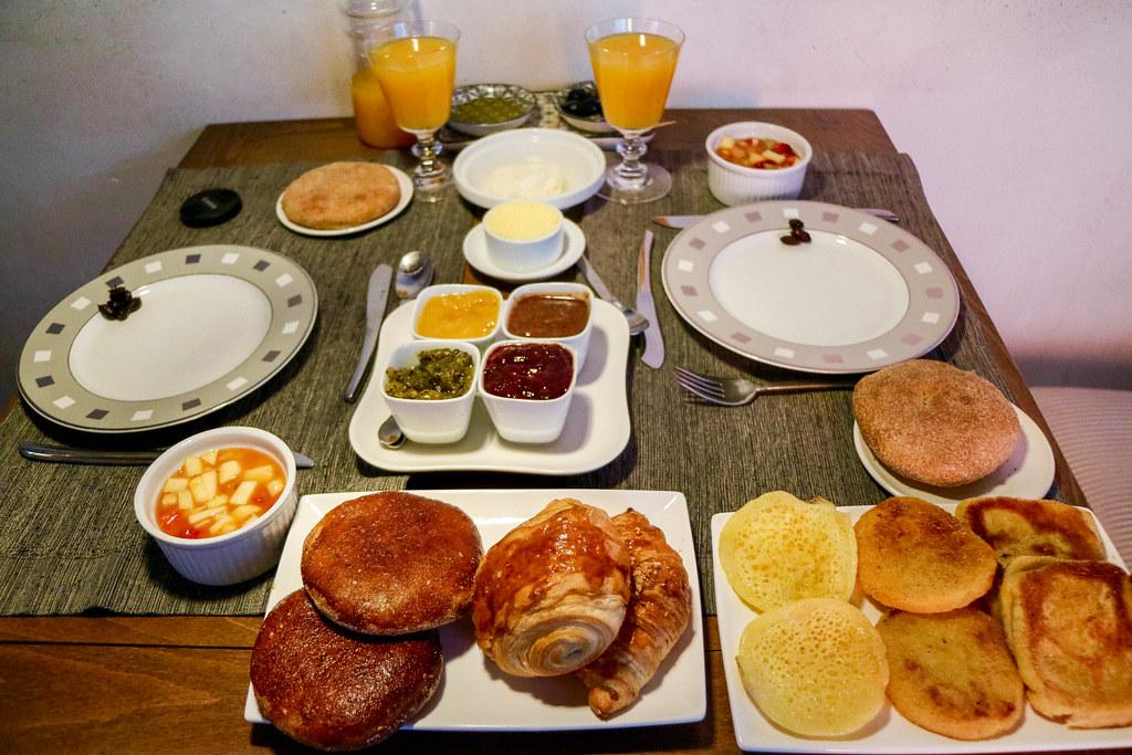 Desayuno en Marruecos, pan, jugo, mermelasdas y aceitunas