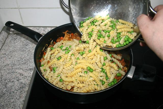 27 - Put noodles & peas in pan / Nudeln & Erbsen in Pfanne geben