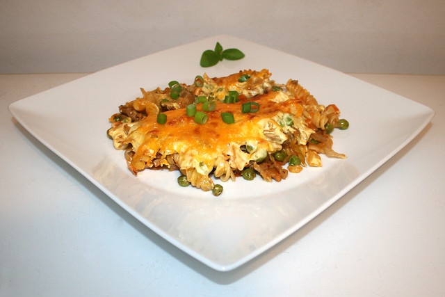 44 - Gyros cabbage casserole with sauce hollandaise - Side view / Gyros-Weißkohl-Auflauf mit Sauce Hollandaise - Seitenansicht