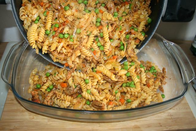 30 - Put pan content in casserole / Pfanneninhalt in Auflaufform geben