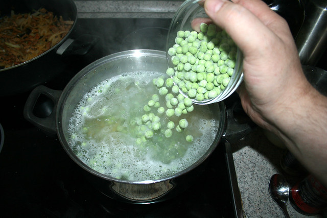 25 - Blanch peas in noodle water / Erbsen in Nudelwasser blanchieren