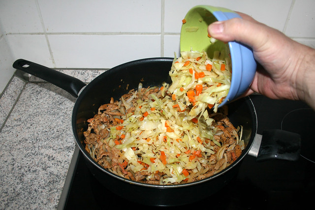 22 - Put cabbage back in pan / Kohlgemüse zurück in Pfanne geben