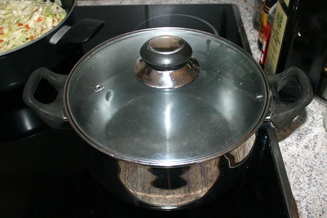09 - Bring pot with water to a boil / Topf mit Wasser aufsetzen