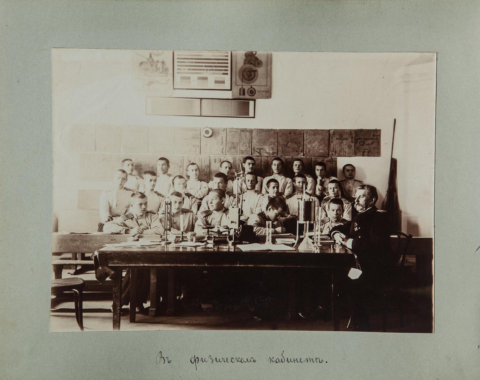 07. Группа учащихся в кабинете физики