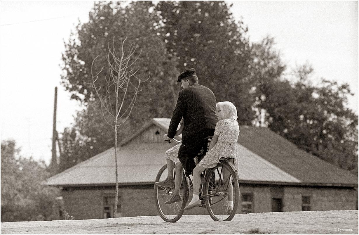 1968. Деражня. Велосипед не роскошь, а средство передвижения.