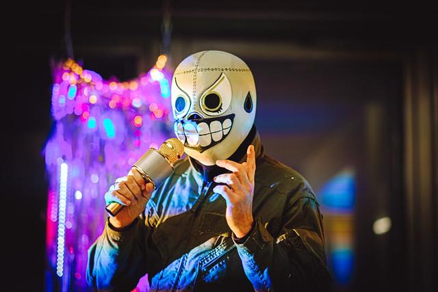 Schrecklicher Verdacht: @siegstyle wusste schon im November 2019, dass uns eine Pandemie bevorsteht und trug vorsorglich eine Maske. WACHT AUF!