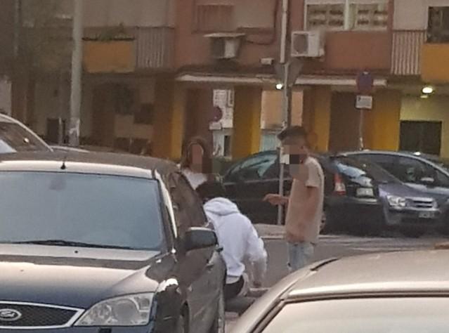 Jovenes sin mascarilla en la barriada Federico Garcia Lorca de Sevilla