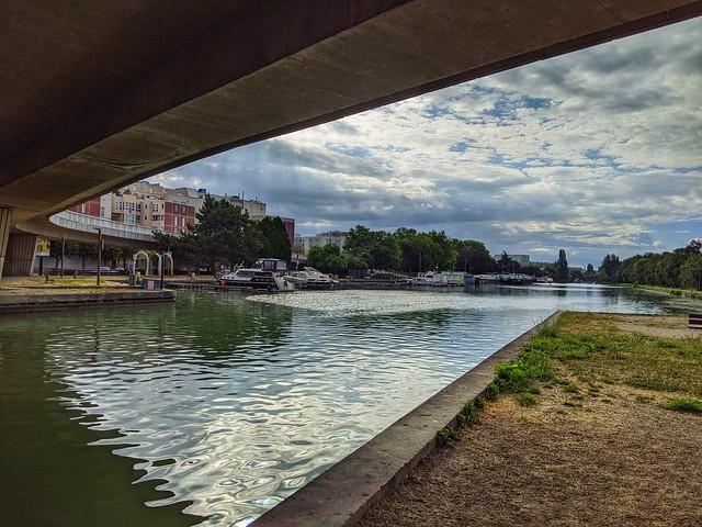 Sous le pont De Gaulle