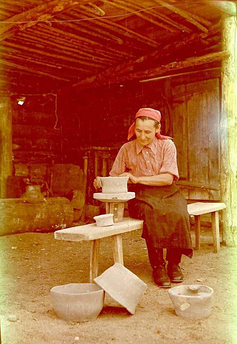 Мария Васильевна Колмакова за изготовлением глиняного горшка на домашнем гончарном кргуе. Баргузинский р-он, с. Алга