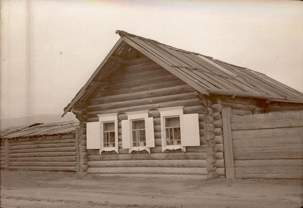 Дом с заплотом. Баргузинский р-он, с. Зорино