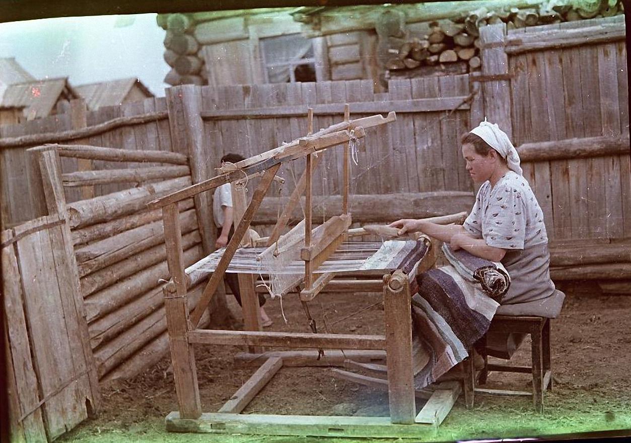 Валентина Лазаревна Зверькова за ручным ткацким станком Баргузинский р-он, с. Уро