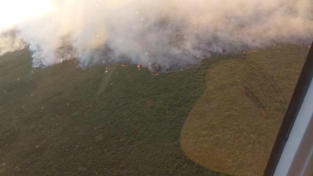 Helicóptero da PM do Paraná presta apoio no combate ao incêndio