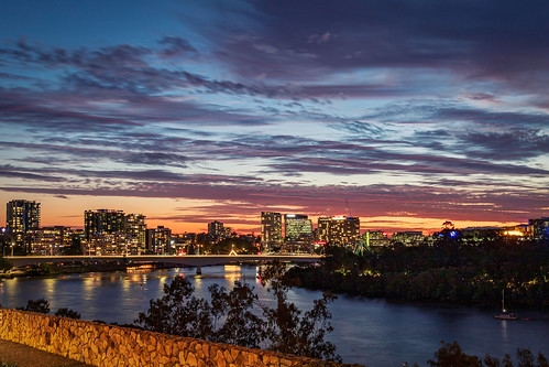 landscape cityscape brisbane queensland kangaroopointcliffs sunset lookingwest pacificmotorwaybridge southbank apartments lightedwindows brisbaneriver qut clouds evening skyline