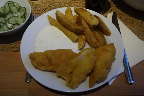 Backfisch mit Joghurtdip, Gurkensalat und frittierten Kartoffelspalten (meine Portion)