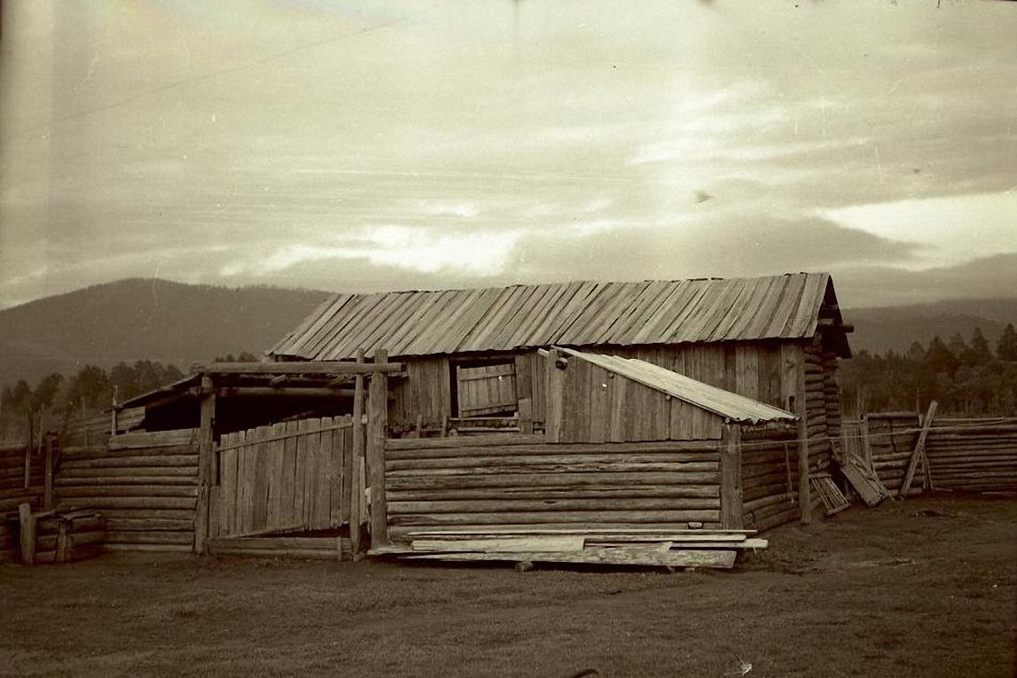 Двор дома в селе Зорино. Баргузинский р-он, с. Зорино