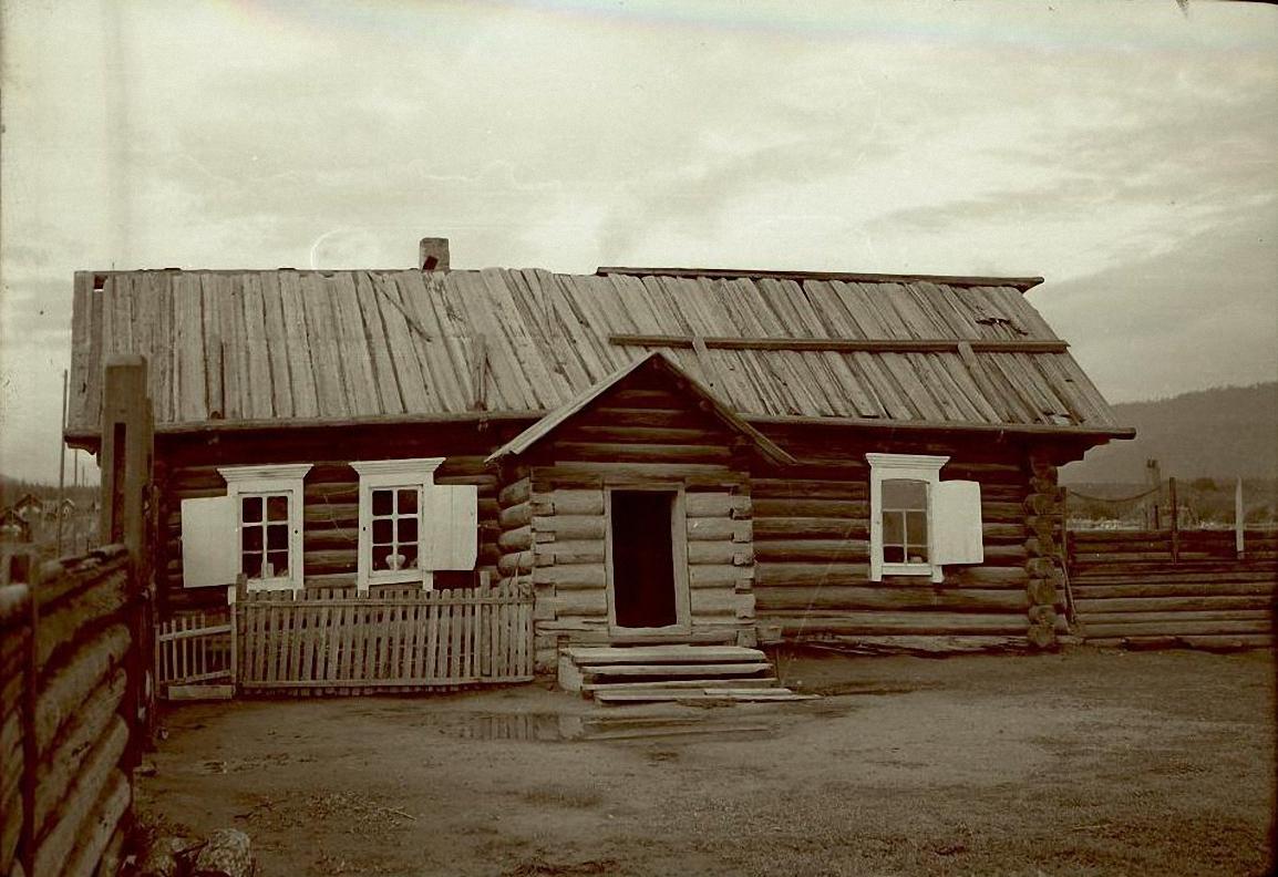 Вид дома Доченкова Ивана Ильича с крыльцом, выходящим во двор.Баргузинский р-он, с. Зорино