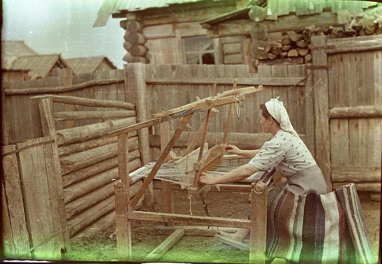 Валентина Лазаревна Зверькова за ручным ткацким станком. Баргузинский р-он, с. Уро