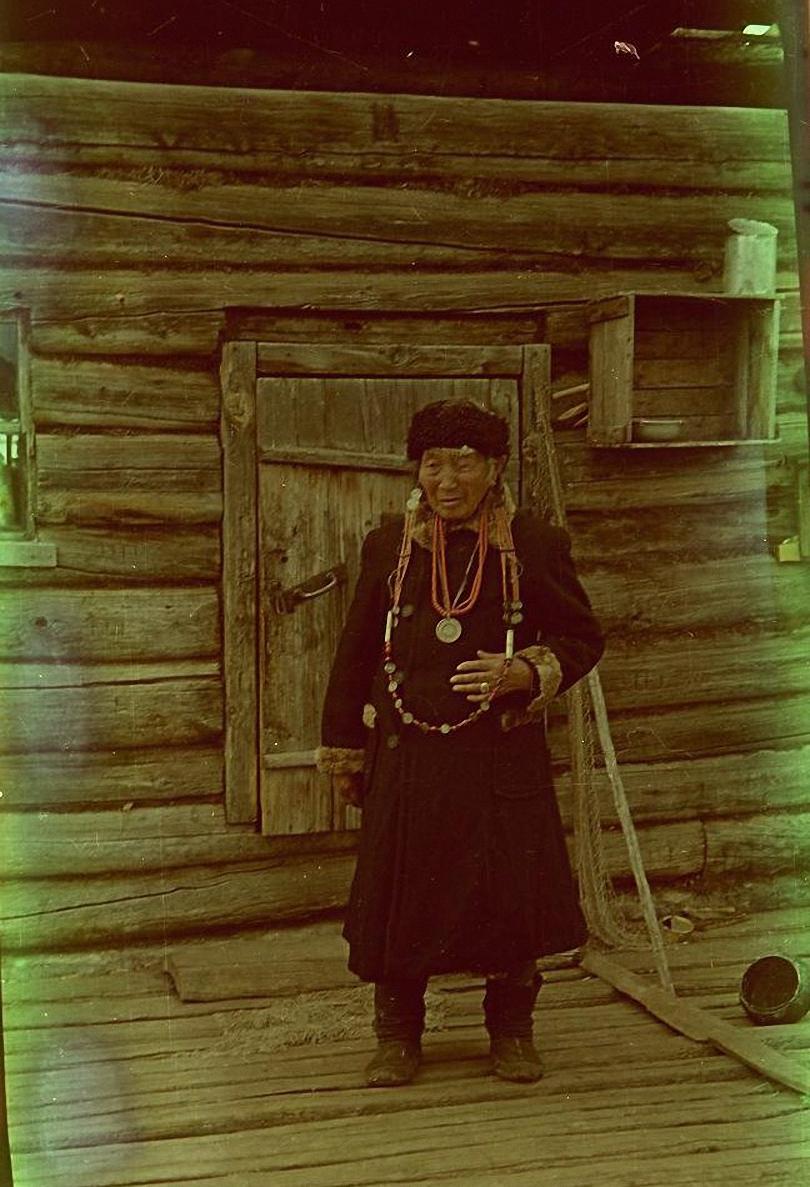 Бурятка в национальной одежде. Ольхонский р-он