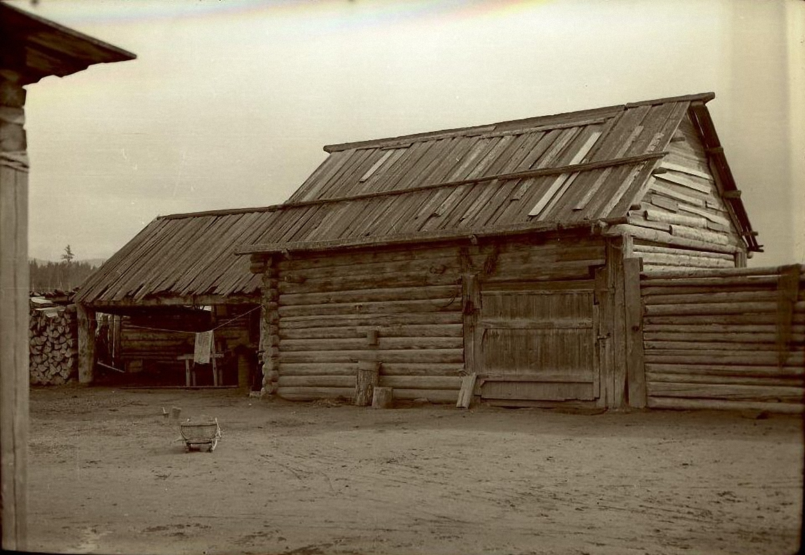Вид дома Доченкова Ивана Ильича со двора.Баргузинский р-он, с. Зорино