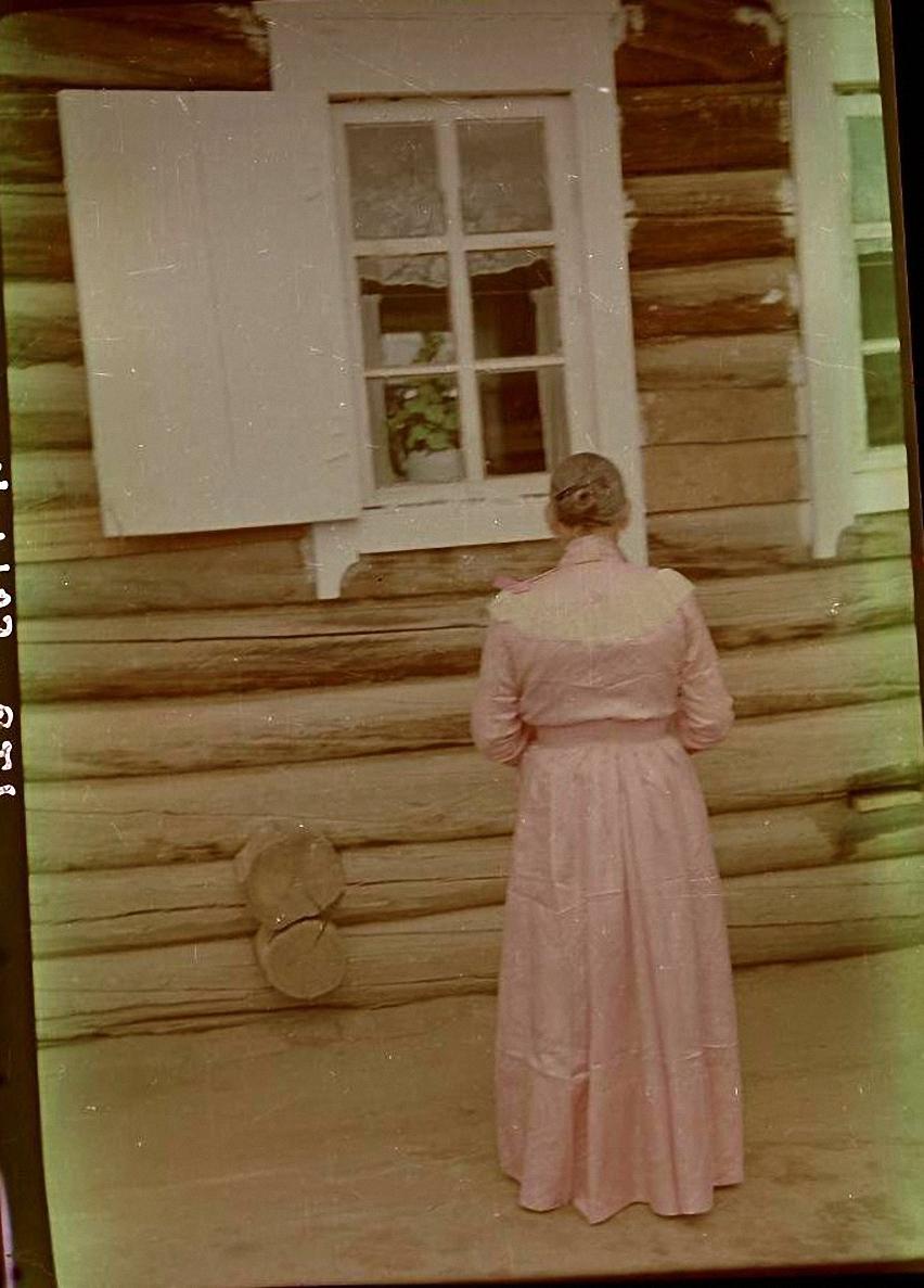 Венчальное платье З.П. Поповой 1896 г. из розового китайского шелка «фанзы» (вид со спины). Баргузинский р-он, с. Душелан