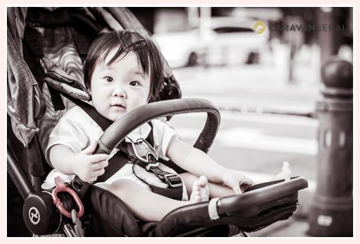 ベビーカーに乗る女の子