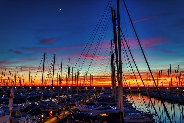 Il tramonto abbassa il sipario e lo fissa con una stella.