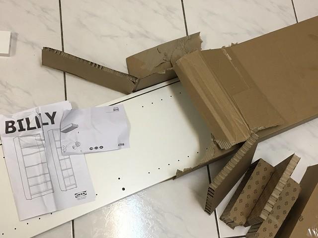 很狼狽的拆頭拆尾把IKEA BILLY材料拿出來