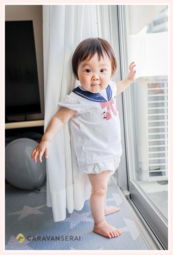 自宅の窓際のカーテンで遊ぶのが大好きな女の子