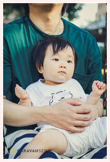 パパのお膝の上で抱っこ 1才の女の子